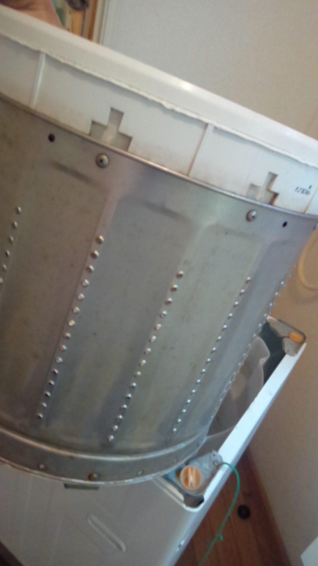 ボルトを外したら洗濯槽を引き上げます。
