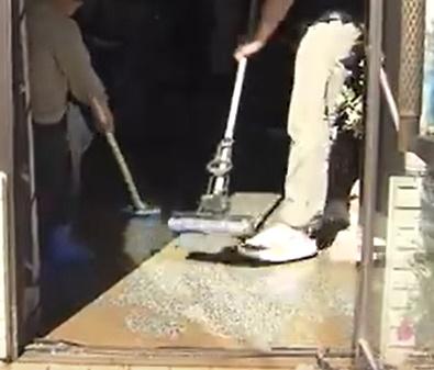 天井・内壁を洗浄したらモップやワイパーで外に水を書き出します。