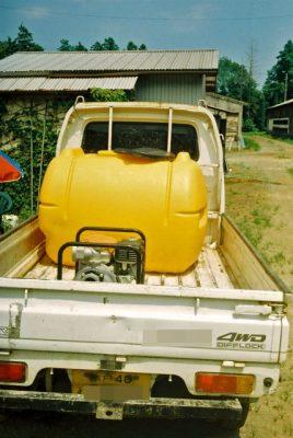 軽トラックに水タンクと発電機を積み込みます。