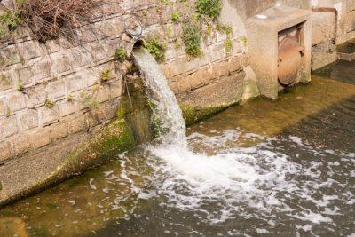 企業の排水は法令で排出基準があります。家庭排水との違いは化学物質が含まれることです。