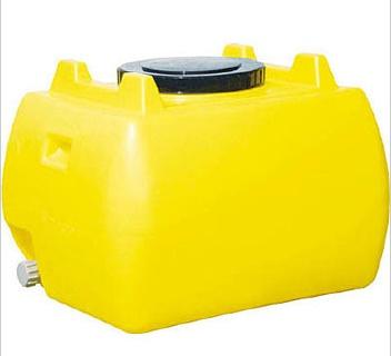 200リットルの水タンク。1万円ぐらいです。ホームセンターで手に入ります。