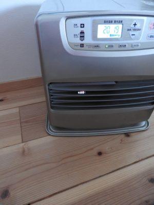 洗浄水を掻き出したら乾燥させます。石油ファンヒーターが役立ちます。